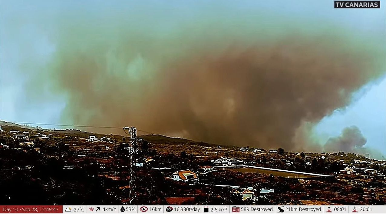 La Palma Cumbre Vieja - 09.28.2021 - Lavas have encountered a banana growing area, with burning of greenhouse plastic and fertilizers, adding to the cloud of pollution. Doc. TVC