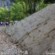Gorges de l'Ardèche. Au Pont d'Arc les bétonneuses mettent en valeur le patrimoine