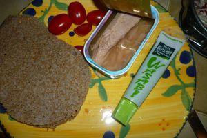 Minis-gâteaux de galettes de sarrazin, au filet de thon, tomates cerises, gruyère râpé et sauce blanche allégée au wasabi