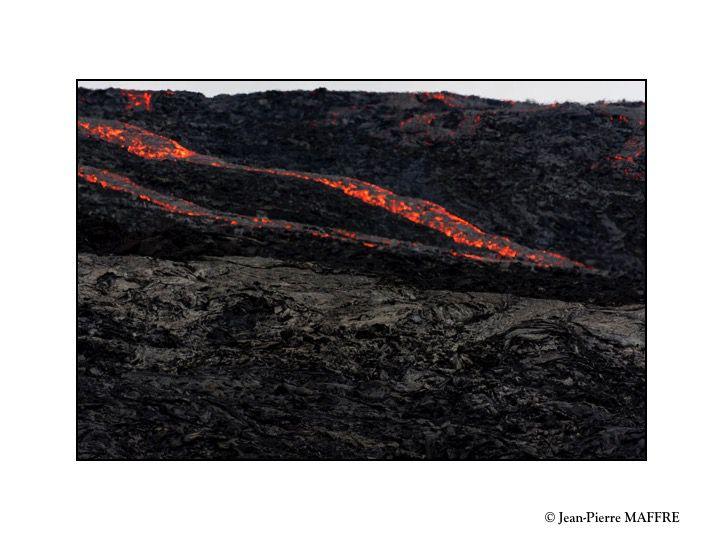 Au printemps 2021, après 800 ans d'inactivité, le volcan Geldingadalur nous offre de spectaculaires torrents de lave qui pourraient durer des années.