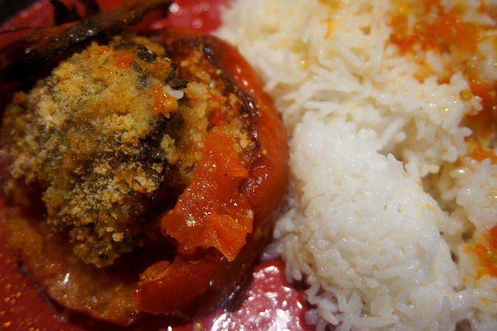 tomates farcies au veau et riz blanc en accompagnement