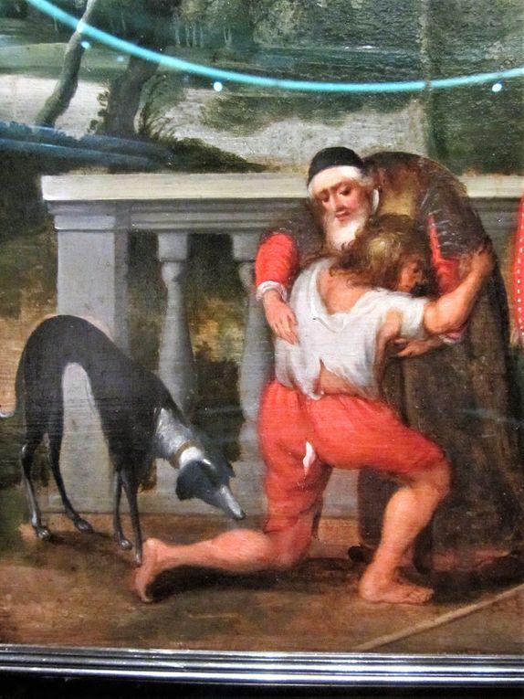 """Voici un très beau """"meuble"""" décoré de scènes bibliques.  Il s'agit de l'hisoire du fils prodigue."""