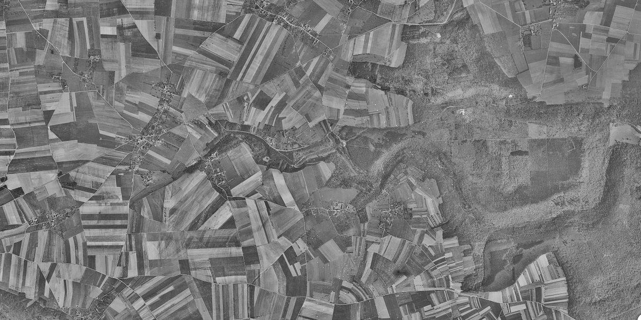 Comparaison de deux vues aériennes sur Le Mesnil-Jourdain et ses hameaux, l'une de 2019 et l'autre des années 1950 (captures d'écrans réalisées à partir du site Géoportail).