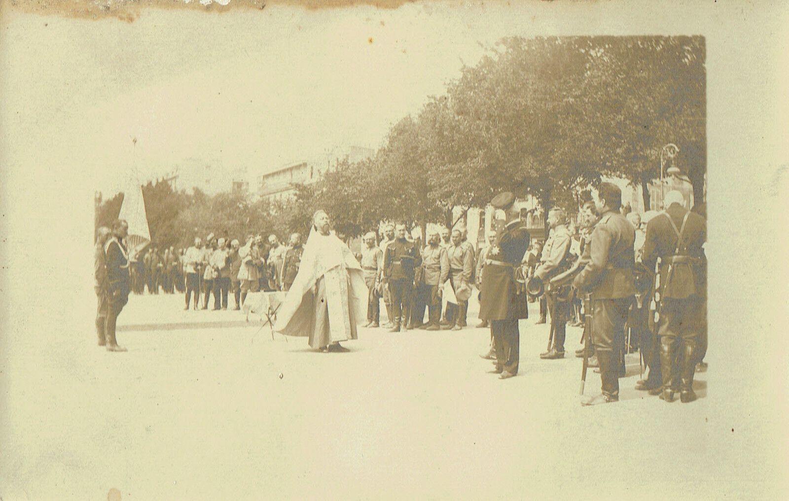 3Fi050-015, Troupes russes sur la place du Château autour du Pope en 1916 (2 août 1916).
