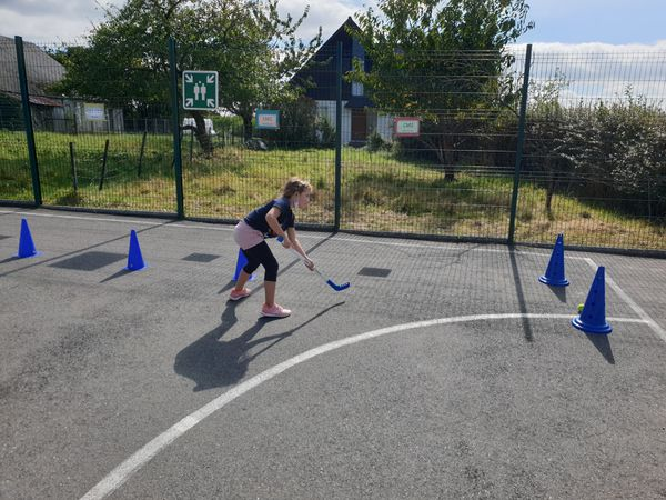 Tous les jeudis après-midi, nous faisons du Hockey dans la cour. Nous apprenons à bien tenir la cross avec les deux mains; à pousser la balle et à la maîtriser ; à viser pour faire une passe à un partenaire ou tirer dans un but.  Pensez à mettre votre tenue de sport pour le jeudi et le soleil😉