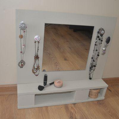 coiffeuse en bois avec miroir et porte bijoux