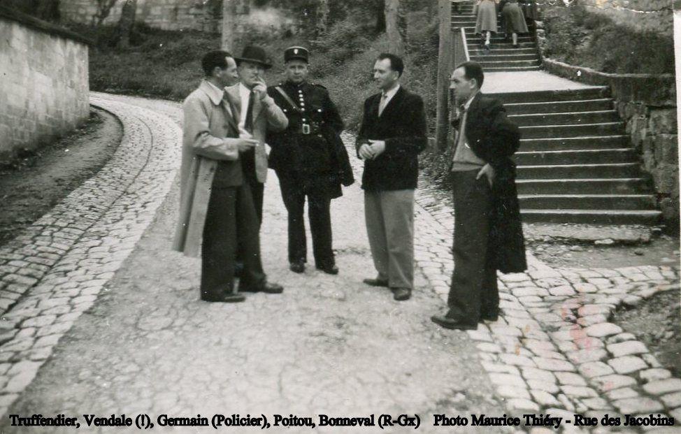 Maurice Thiéry est bien encadré par des vrais policiers, à droite M. Naud que j'ai bien connu. A cette époque le commissariat était place du cloître St Pierre, rue Cuvilliers.