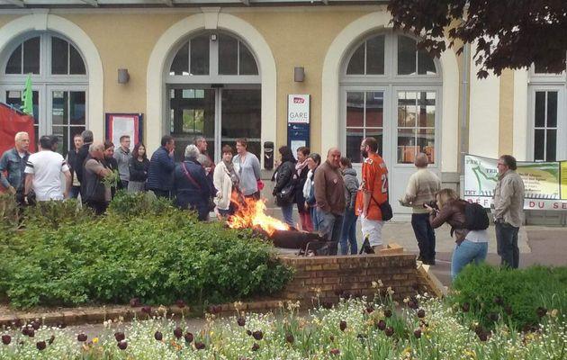 MOBILISATION CONTRE LA FERMETURE DU GUICHET SNCF A FLERS (PHOTOS REPORTAGE)