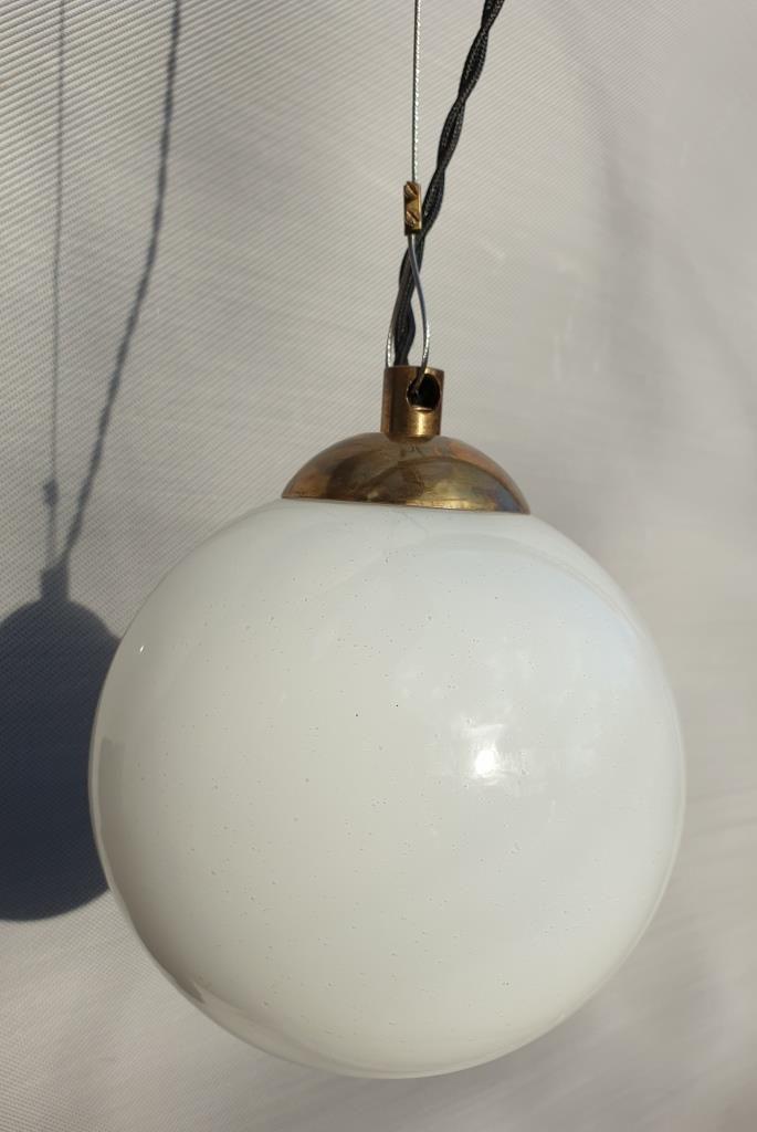 Baladeuse suspension globe verre opalin d15 - 65 euros