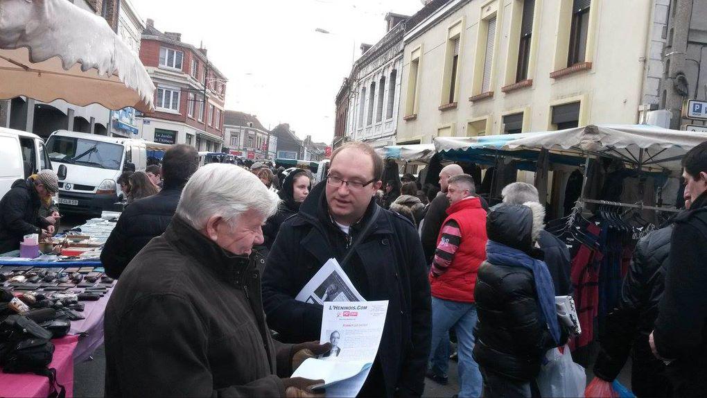Des photos des communistes en campagne sur le marché d'Hénin-Beaumont.