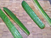 1 - Nettoyer, éplucher et râper finement les carottes. Laver le concombre le découper en 4 dans la longueur puis en petits quartiers. Laver les radis et les tailler en rondelles.