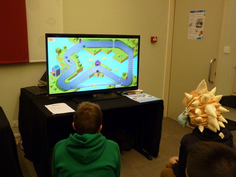 En vrac et en photos: Frigier,espace jeu vidéo, le magazine Retroplaying, des développeurs indé, Roxor Land, Start Select et animation Just Dance sur scène.