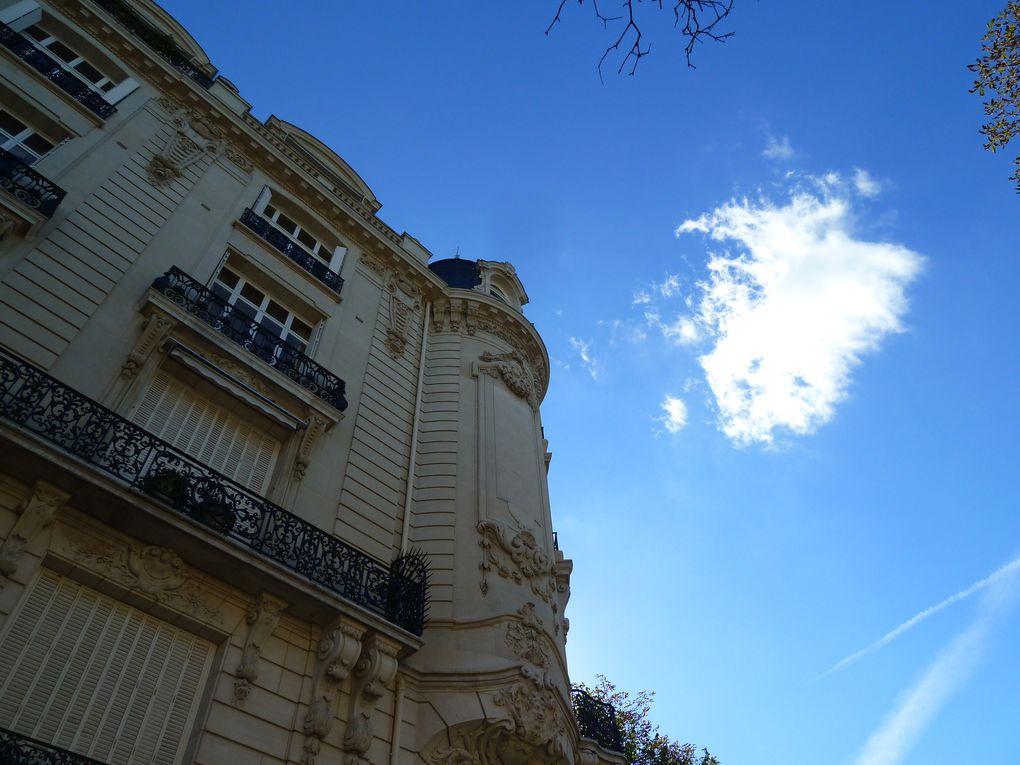 L'avenue Georges Mandel bordée de splendides immeubles luxueux, nous sommes dans le chic 16ème arrondissement.