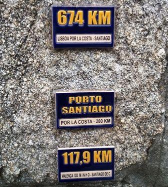 Sur le mur d'une albergue, des céramiques concernant le Chemin de Compostelle.