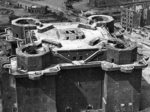 Les tours de DCA (allemand : Flaktürme) étaient huit complexes de tours anti-aériennes de type blockhaus construits dans les villes de Berlin (3), Hambourg (2) et Vienne (3) à partir de 1940. Elles furent utilisées par la Flak de la Luftwaffe pour se défendre contre les raids aériens alliés sur ces trois villes durant la Seconde Guerre mondiale. Elles servirent aussi d'abri anti-aériens pour des dizaines de milliers de personnes et pour coordonner la défense anti-aérienne.