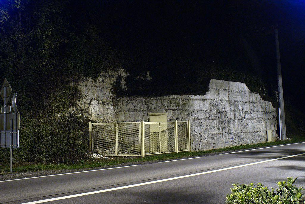 Entrée de la grotte de Gouy le long de la route nationale 6015 (Wikimédia).
