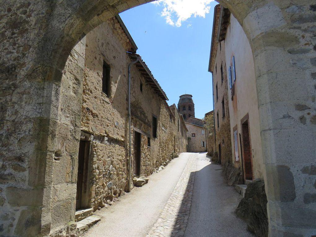 Un des plus beaux villages de France protégé par les collines environnantes.