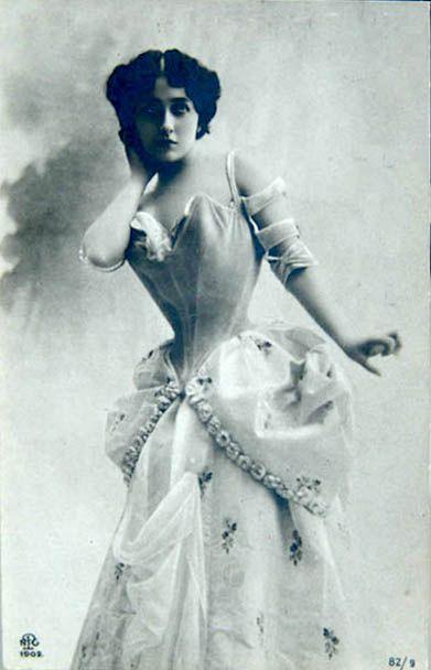 La Belle époque fu affascinata dalla sua bellezza e dalla sua grazia. Nonostante fosse stataata fioraia e piegatrice di giornali, aveva il portamento ed i modi della gran dama. Gabriele d'Annunzio le dedicò una copia del romanzo il piacere.