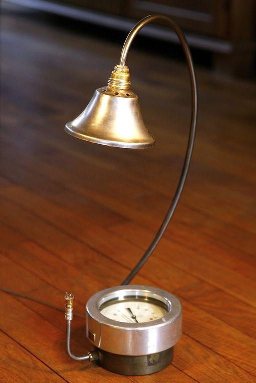 Lampes que je réalise à partir d'anciens instruments de mesures : manomètre, voltmètre, outil de géomètre, ...