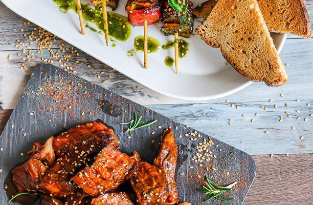 Côte de bœuf marinée & brochettes de poivrons à la provençale