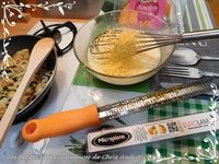 Omelette pomme de terre, oignon, mimolette et salade d'endive aux noix