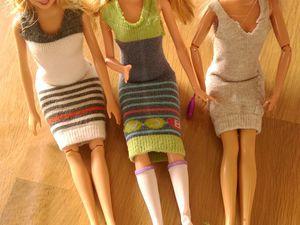 Barbies et leurs nouvelles tenues en chaussettes BB - j'adore la barbie vue de dos avec la mise en valeur des fesses ;-)