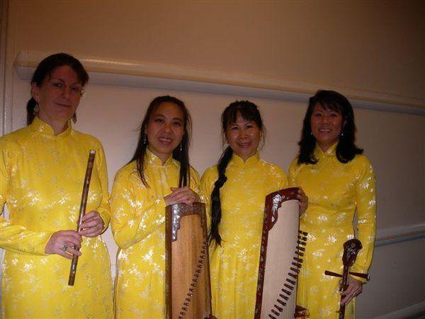 Thứ hai 25/6/2007 Đức Trang, Ngọc Dung, Elise, Hiếu và ...tui đi đàn cho một buổi hội thảo của hai thư viện Việt Pháp (Yên Bái - Créteil) được tổ chức tại préfécture  tỉnh Créteil. Tiếc rằng trong l