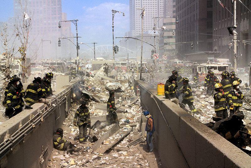 (Pompiers dans les débris, photo www.loc.gov)