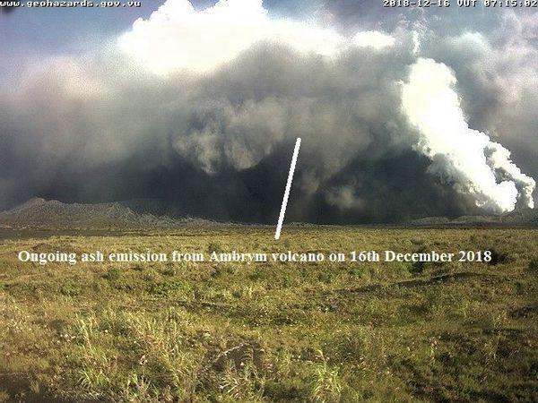 Caldeira d'Ambrym - les panaches de l'éruption et des lacs de lave - webcams VMGD - un clic pour agrandir