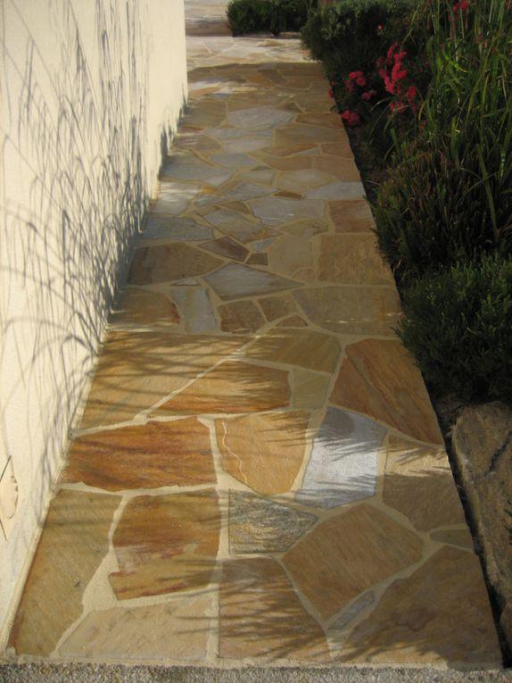 Arbor minéral paysagiste à vannes morbihan (56) crée des aménagements en pierres pour allée, terrasse, pas japonais. Divers matériaux en pierres sont utilisés (granit, schiste, grès, calcaire, gneiss ...)