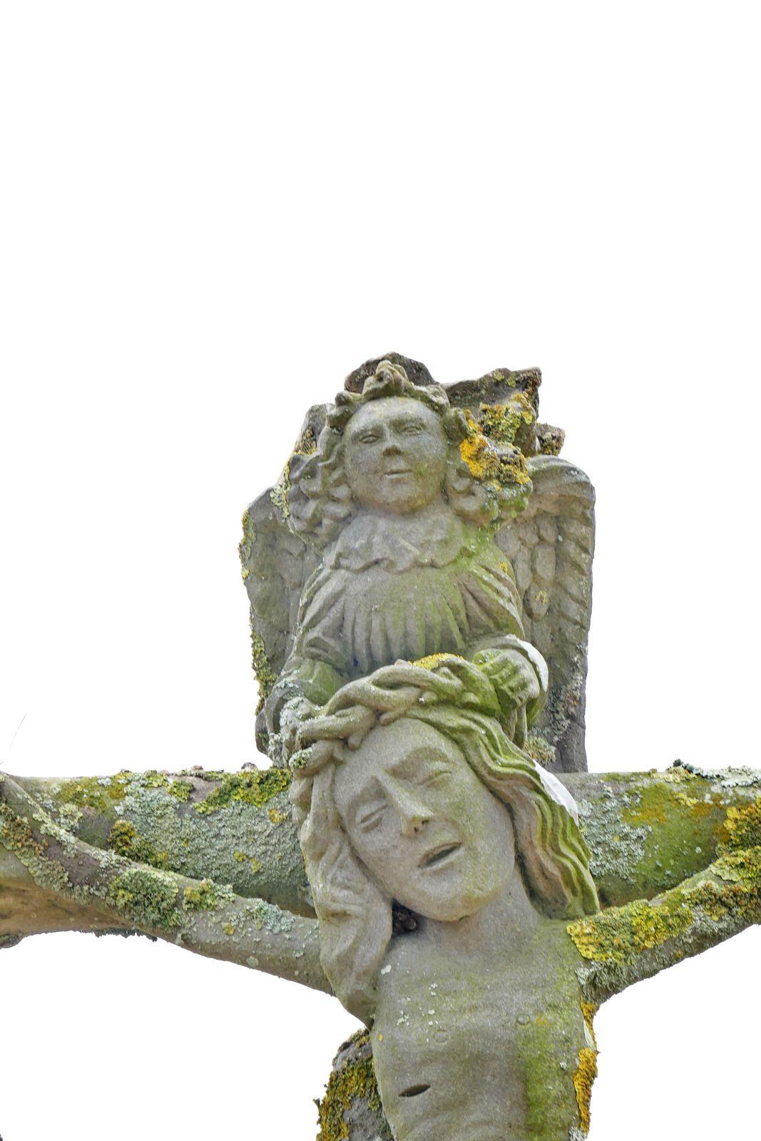 Calvaire (kersanton, XVe siècle), cimetière de l'église de Plougoulm. Photographie lavieb-aile juin 2021.