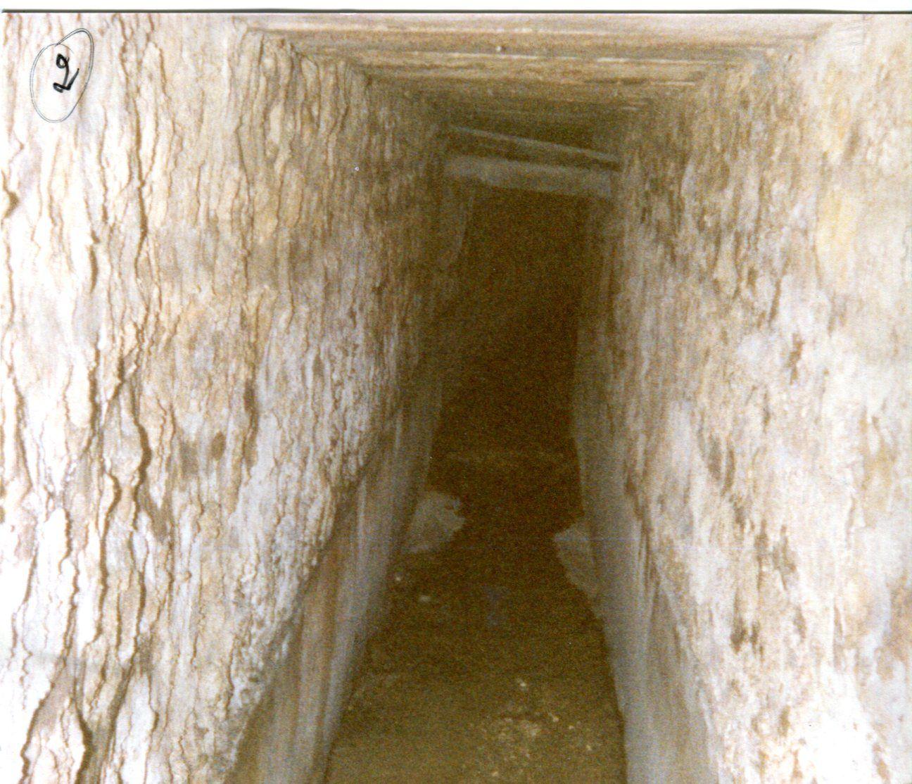 """J'avais eu l'occasion de descendre dans cet égout, autant passage souterrain, car on y passe debout, du fait que des plaques de pierre étaient brisées en deux et que les services compétents en avaient alors assuré le remplacement. Mais étant seul je n'ai pas osé aller jusqu'au fleuve, ni non plus longer l'ancienne cité romaine découverte où allait être construite la """" Résidence port Larousselle """". La mémoire collective avait toujours parlé de """" l'égout romain """"."""