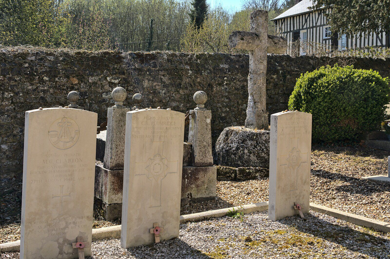 Tombes de jeunes soldats britanniques décédés en Août 1944.