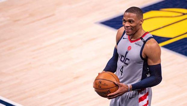 Russel Westbrook a réussi, dans la nuit de samedi à dimanche, le 181e triple-double de sa carrière lors de la victoire des Wizards à Indiana. Il égale le record d'Oscar Robertson.