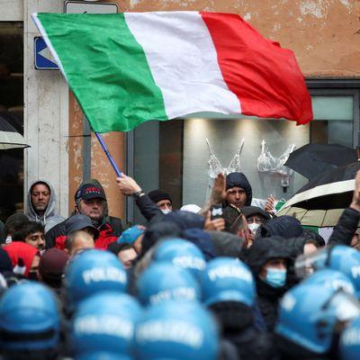 [Vidéos] Des Italiens jettent des pierres à la police et allument des feux d'artifice alors que des centaines de personnes se rendent au bureau du Premier ministre pour protester contre les restrictions imposées par la Covid (RT)