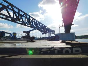"""La semaine du 17 juillet fut consacrée à hisser le nouveau tronçon de pont à hauteur de l'ancien, puis durant le we des 22 et 23 juillet, il fut poussé sur la Meuse à côté de son """"jumeau"""" ; il put reposer jusqu'en septembre sur les piles en Meuse. (photos C.C.C.C.)"""