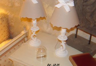"""LA 05 - Paire de lampes en bronze patinées """"craie"""""""