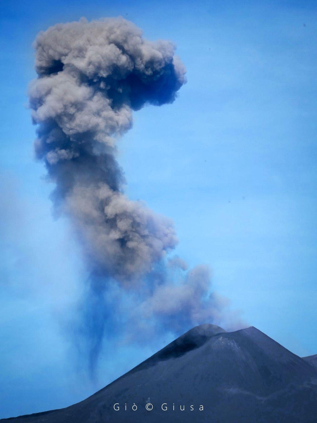 Etna SEC - émission de cendres du 17.06.2021 / 09h38 - photo Gio Giusa
