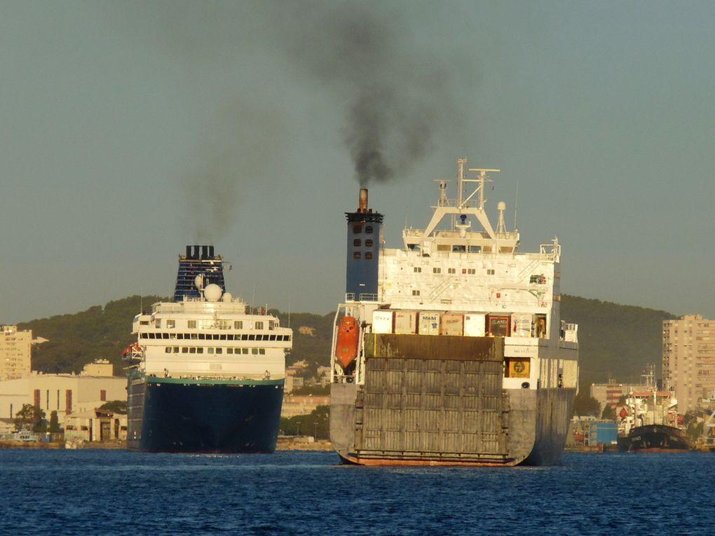 ZENITH  & UN TRIESTE en manoeuvres d'accostage dans la petite rade du port de Toulon / La Seyne sur Mer le 02 octobre 2018