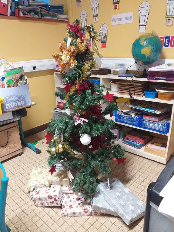 Quelle surprise pour les enfants, ce lundi 4 janvier, en arrivant dans leurs classes. Le Père Noël a pu passer et leur a apporté des jeux ( enfin.... du travail déguisé ! ) et un livre pour chacun qu'ils ont pu rapporter le soir même à la maison .