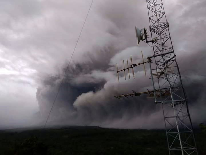 Semeru - the development of the pyroclastic flow and the co-pyroclastic plume of January 16, 2021 from 5:24 pm WIB - Doc. PVMBG - one click to enlarge
