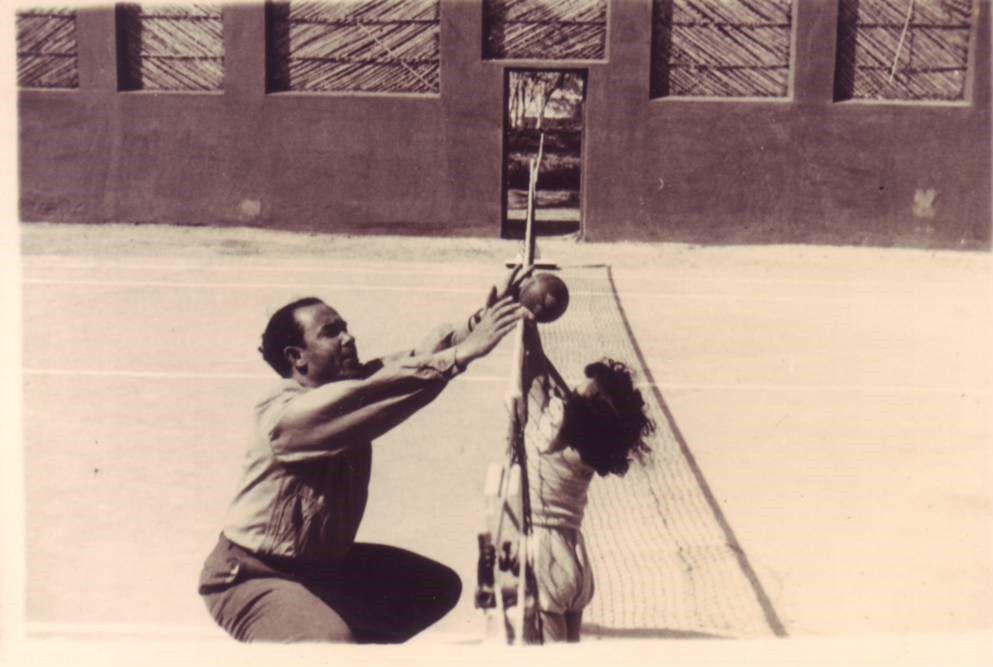 Mehdi Ben Barka jouant avec son fils Bachir en 1953/Album familial