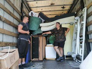 Sachant que le camion ne serait pas plein avec uniquement 20 lits, nous avons apporté un fourgon de 20 m3 de la recyclerie Le hangar d'AIMA de Osserain : armoires, fauteuils, chaises, canapé, matelas, et un lit médicalisé en plus !