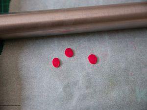 Confectionner trois petites boules et les étaler à l'aide du rouleau