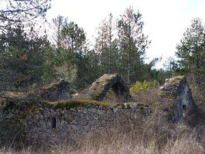 """Nous arrivons à la ferme en ruines des """"Privats"""" sur le Causse Noir."""