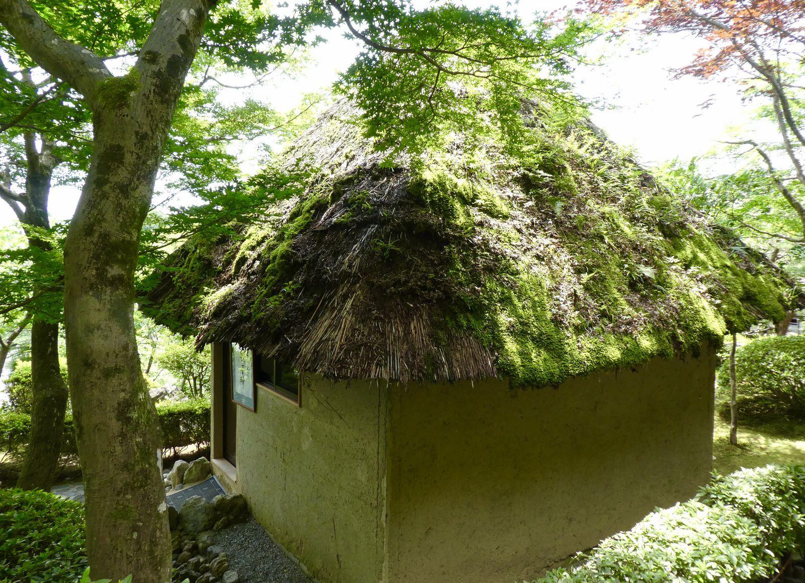 La petite maison de thé. J'aime bien les mousses et les herbes qui poussent sur les chaumes du toit.