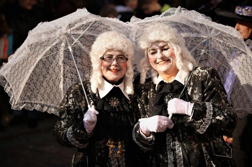 So gar nicht Furcht einflößend flogen heuer die Veitsbacher Hexen von Edeltraud Reick und Waltraud Sturm zurück ins Zeitalter der Renaissance, dabei ihre Besen gegen Schirme eintauschend.