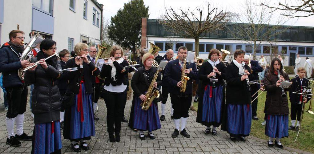 Im Innenhof begrüßte der Musikverein den Jubiläumspfarrer mit einem Ständchen.