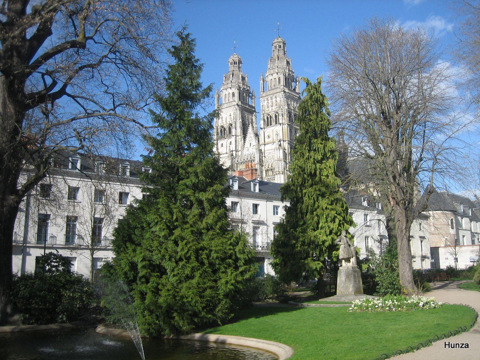 Tours, jardin François Sicard avec, en arrière-plan, la cathédrale Saint-Gatien