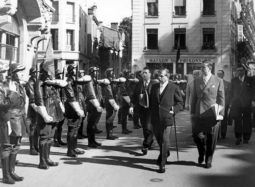 Carl Oberg (à droite à l'arrière-plan, derrière un officier de la SS) et son aide de camp Herbert Hagen (à gauche, de face) photographiés avec René Bousquet (de profil, à gauche) en 1942. - René Bousquet et Pierre Laval